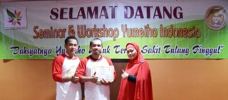 Penyerahan Sertifikat di Seminar & Workshop Yumeiho di Bandung
